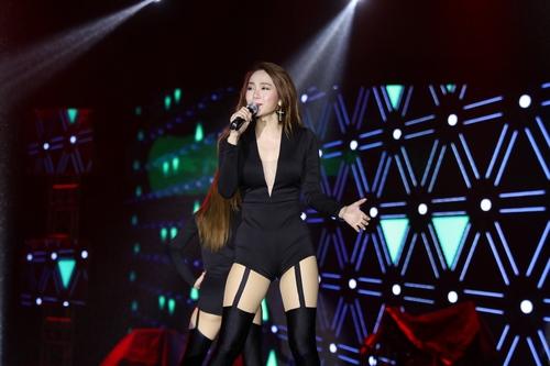 Minh Hằng sexy khó cưỡng khi hát dưới mưa tầm tã - 5