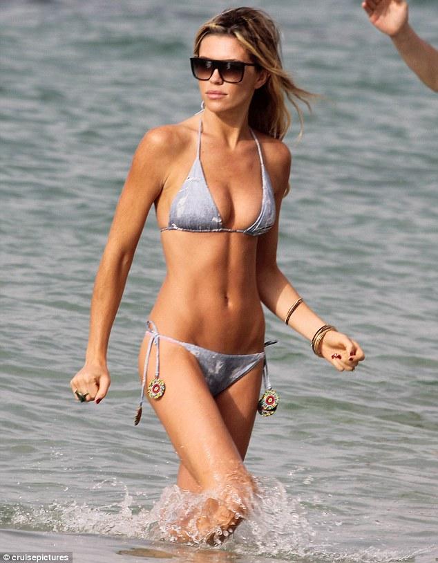 Dàn siêu mẫu hàng đầu mê mẩn bikini bé xíu - 5