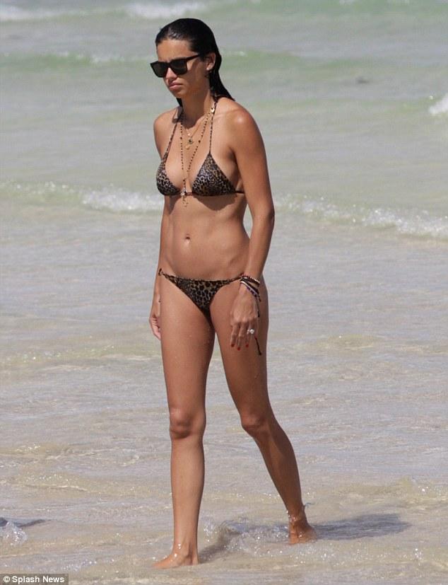 Dàn siêu mẫu hàng đầu mê mẩn bikini bé xíu - 12