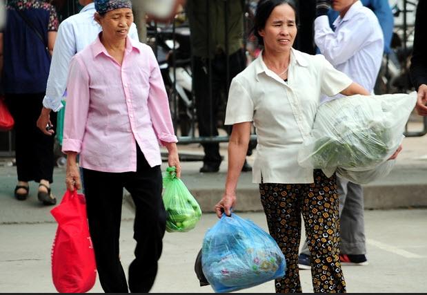 Rau sạch, trái cây theo người dân về Thủ đô sau nghỉ lễ - 4