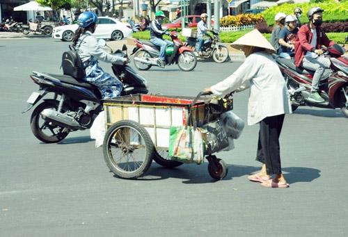 """""""Đốt mình"""" giữa nắng nóng gần 40 độ mưu sinh giữa Sài Gòn - 11"""