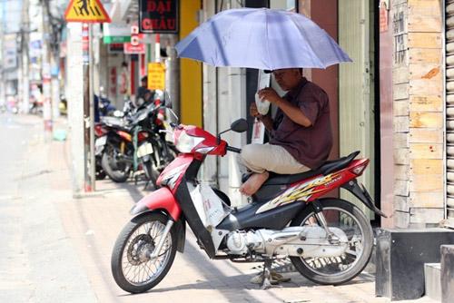 """""""Đốt mình"""" giữa nắng nóng gần 40 độ mưu sinh giữa Sài Gòn - 12"""
