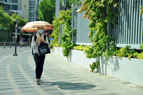 """""""Đốt mình"""" giữa nắng nóng gần 40 độ mưu sinh giữa Sài Gòn - 9"""
