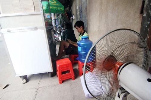 """""""Đốt mình"""" giữa nắng nóng gần 40 độ mưu sinh giữa Sài Gòn - 14"""