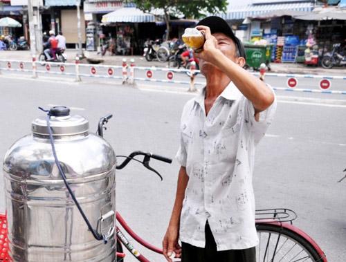 """""""Đốt mình"""" giữa nắng nóng gần 40 độ mưu sinh giữa Sài Gòn - 18"""