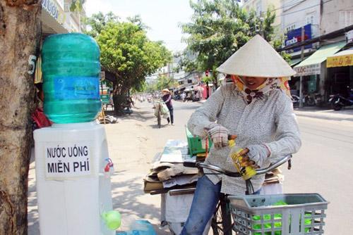 """""""Đốt mình"""" giữa nắng nóng gần 40 độ mưu sinh giữa Sài Gòn - 19"""