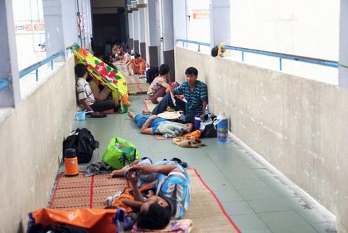"""""""Đốt mình"""" giữa nắng nóng gần 40 độ mưu sinh giữa Sài Gòn - 20"""