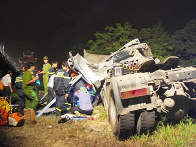 Xe tải lao qua thành cầu, tài xế tử vong trong ca bin bẹp dúm - 1