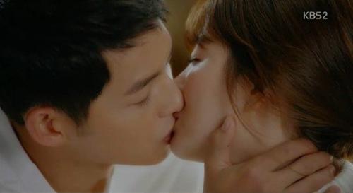 Song Joong Ki hôn Song Hye Kyo 100 lần đều mắc lỗi - 1