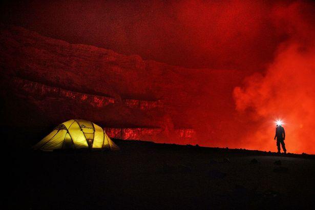 Ngủ qua đêm trong khu vực núi lửa đang hoạt động - 1