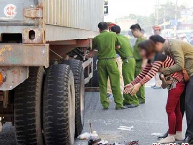Bố đánh xe đi làm, không may cán chết con gái 2 tuổi - 1