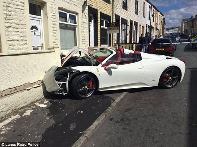 Anh: Chú rể lao siêu xe 7 tỉ đi thuê vào tường vỡ nát - 2
