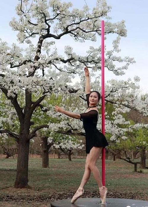 Thiếu nữ  ăn mặc hở hang múa cột giữa rừng hoa lê - 4