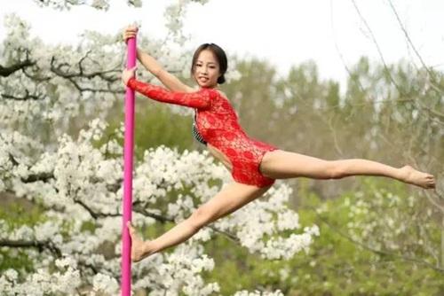 Thiếu nữ  ăn mặc hở hang múa cột giữa rừng hoa lê - 6