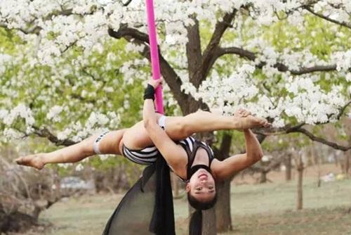 Thiếu nữ  ăn mặc hở hang múa cột giữa rừng hoa lê - 7