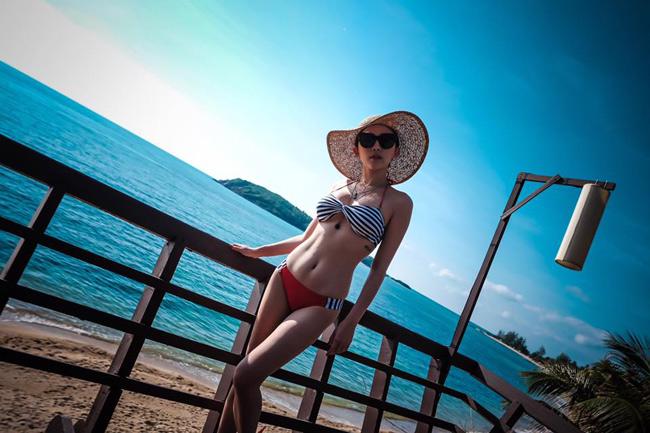 """Ngoài bikini ren và áo tắm 1 mảnh, bikini  """" cọc cạch """"  với 2 màu hoàn toàn khác biệt được dự đoán sẽ trở thành mốt trong mùa hè năm nay. Nữ ca sĩ Tóc Tiên đã nhanh chóng  """" lăng xê """"  xu hướng này. & nbsp;"""