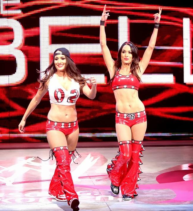 Cặp chị em song sinh Brie Bella và Nikki Bella sinh ngày 21 Tháng 11 1983.