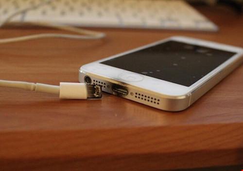 Bị điện giật chết vì sử dụng smartphone khi đang sạc - 1