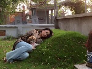 Facebook sao 19.4: Diva Thanh Lam gối đầu bên mộ cha