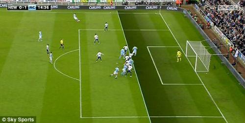 Tranh cãi: Aguero ghi bàn thứ 100 trong thế việt vị - 1