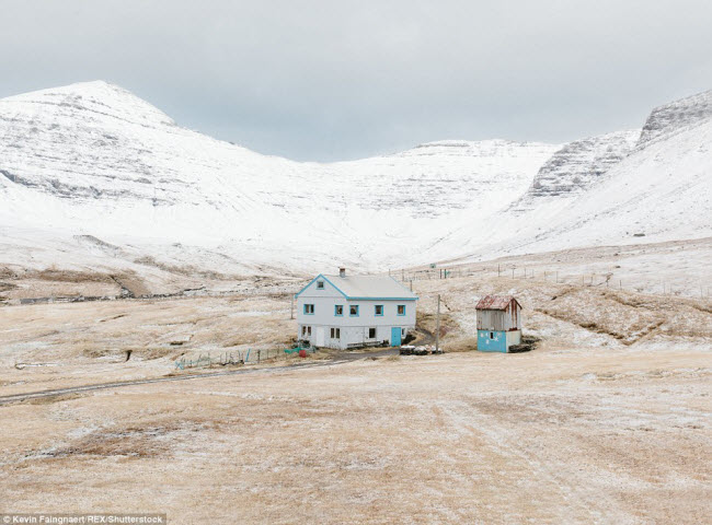 Quần đảo Faroe nằm trong vùng biển Na Uy là một trong những nơi hẻo lánh nhất châu Âu. Cư dân tại đây rất thưa thớt. & nbsp;Trong ảnh là một nhà thuộc & nbsp;ngôi làng Gásadalur, nơi chỉ có & nbsp;chỉ có 16 người sinh sống.