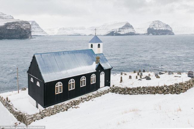 Nhà thờ tại làng Kirkja, nơi chỉ vẻn vẹn 9 cư dân sinh sống. Quần đảo Faroe nằm ở Đại Tây Dương giữa Iceland, Na Uy và Scotland.