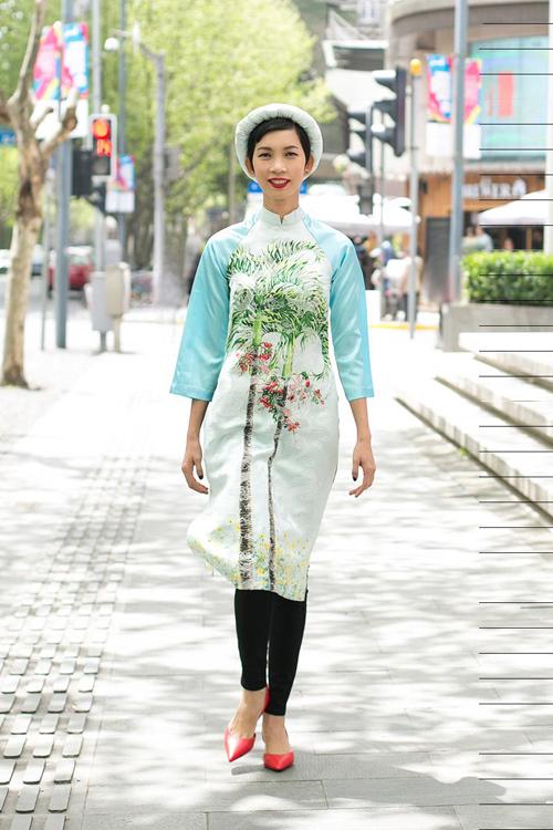 Xuân Lan diện áo dài gây chú ý trên phố Thượng Hải - 1