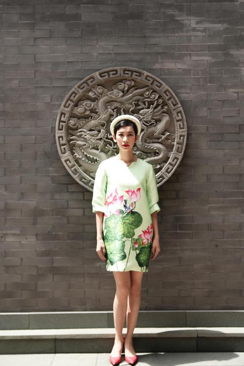 Xuân Lan diện áo dài gây chú ý trên phố Thượng Hải - 2