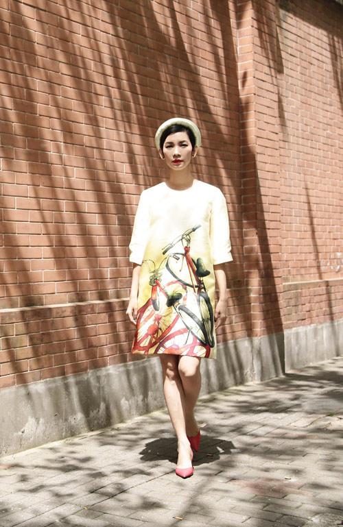 Xuân Lan diện áo dài gây chú ý trên phố Thượng Hải - 3