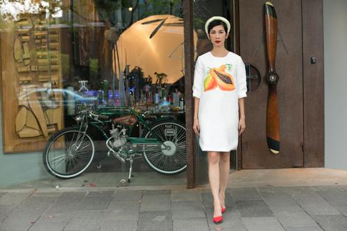 Xuân Lan diện áo dài gây chú ý trên phố Thượng Hải - 5