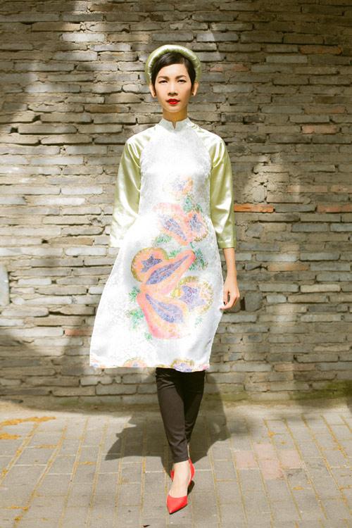 Xuân Lan diện áo dài gây chú ý trên phố Thượng Hải - 6