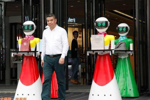 Đại gia Trung Quốc đi mua sắm, 8 robot nữ kè kè hộ tống - 1