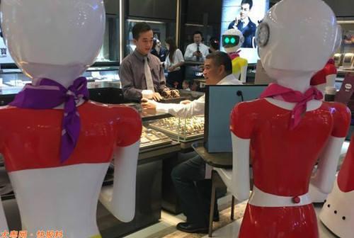 Đại gia Trung Quốc đi mua sắm, 8 robot nữ kè kè hộ tống - 3