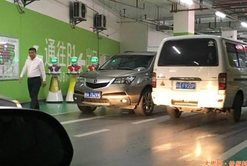Đại gia Trung Quốc đi mua sắm, 8 robot nữ kè kè hộ tống - 5