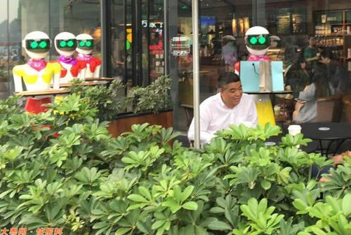 Đại gia Trung Quốc đi mua sắm, 8 robot nữ kè kè hộ tống - 4
