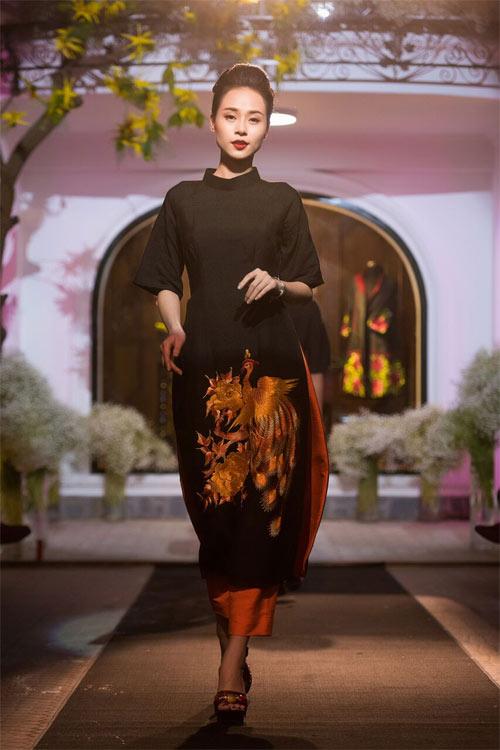 Nữ tính và quyến rũ với áo dài đen bí ẩn - 5