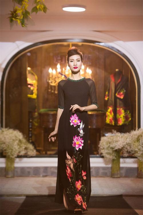Nữ tính và quyến rũ với áo dài đen bí ẩn - 13
