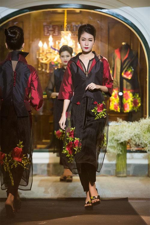 Nữ tính và quyến rũ với áo dài đen bí ẩn - 8