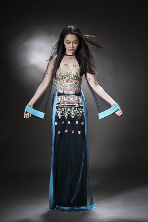 Linh Nga diện áo dài mỏng manh, xuyên thấu - 1