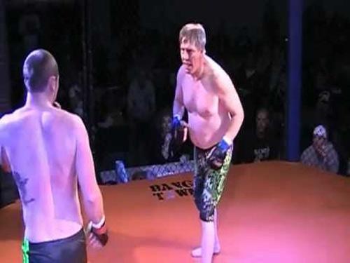 """MMA: """"Già gân"""" U60 hạ gục """"ngựa non háu đá"""" - 1"""