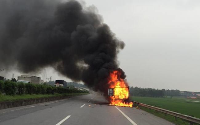 Clip: Xe tải chở giày, dép cháy ngùn ngụt trên quốc lộ - 1