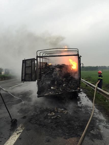 Clip: Xe tải chở giày, dép cháy ngùn ngụt trên quốc lộ - 2