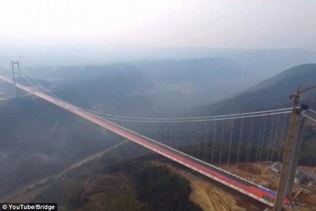 """Ngắm cầu treo """"trên mây"""" dài 2,4km giữa 2 ngọn núi ở TQ - 1"""