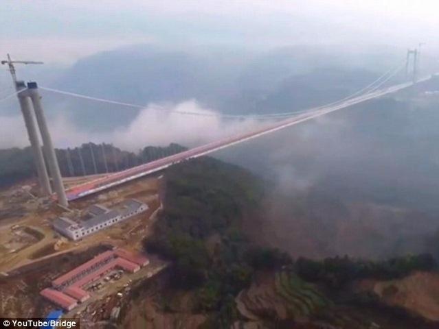 """Ngắm cầu treo """"trên mây"""" dài 2,4km giữa 2 ngọn núi ở TQ - 2"""