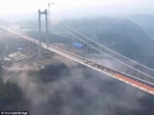 """Thế giới - Ngắm cầu treo """"trên mây"""" dài 2,4km giữa 2 ngọn núi ở TQ"""