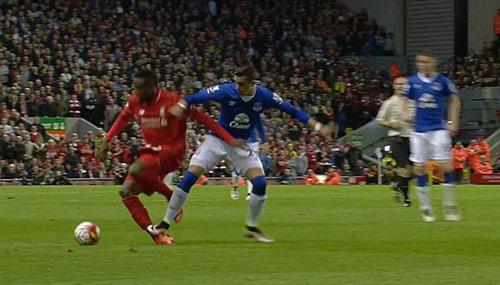 Đốn gãy chân SAO Liverpool, hậu vệ Everton… ăn mừng - 1