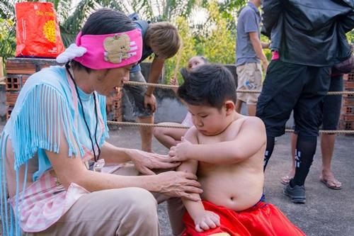 Video phim: Hoài Linh dạy Ku Tin tập võ - 6