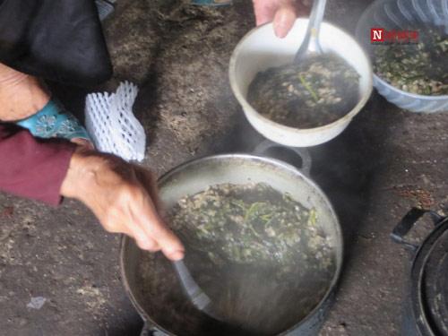 Mẹ già 80 tuổi kiếm từng bữa cơm cho 3 con tật nguyền - 2