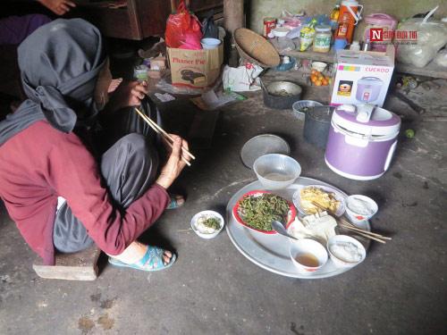 Mẹ già 80 tuổi kiếm từng bữa cơm cho 3 con tật nguyền - 3