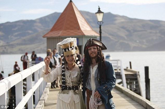 Đám cưới độc của cặp đôi theo phong cách cướp biển - 1